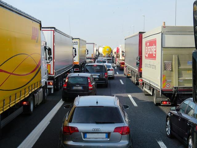 kolona, auta, náklaďáky