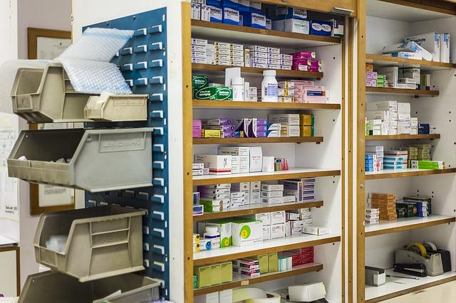 poličky v lékárně