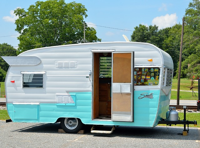 karavan v kempu.jpg
