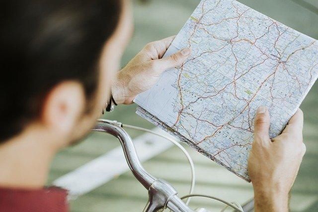 cyklista s mapou
