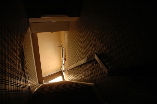 tmavé schodiště.jpg