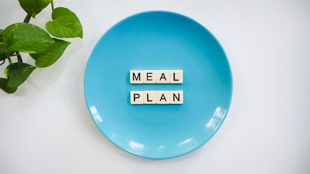 talíř, na kterém je napsané slovo něco jako jídelníček