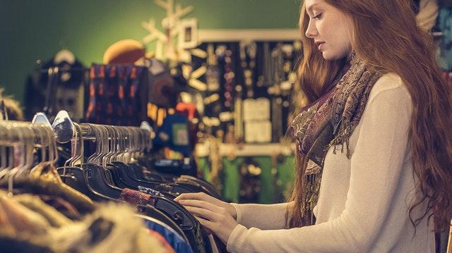 výběr oblečení, nákup, obchod