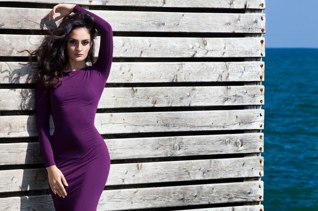 žena, fialové šaty