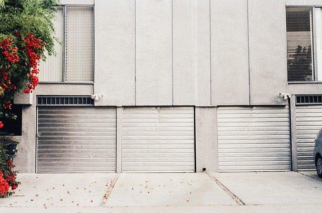 stříbrná garážová vrata