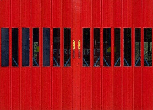 pohled zblízka na červená garážová vrata