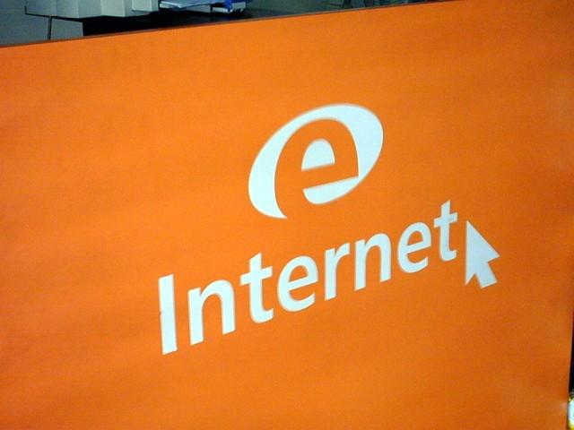 """oranžový nápis """"internet"""" schovaný v prostoru"""